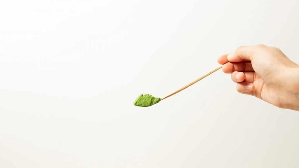 matcha powder on chashakubamboo tea ladle